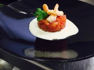 Tartar de tomate con algo blanco y langostinos