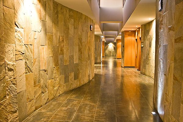 El hotel villa nazules es un hotel con un encanto singular for Pasillos con encanto